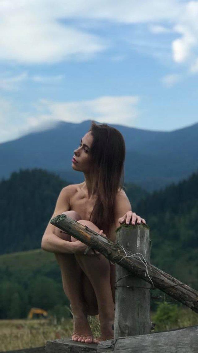 Сміливі пози та розкуті дівчата: фотограф влаштував в Карпатах фотосесію у стилі НЮ (18+) - фото 346497