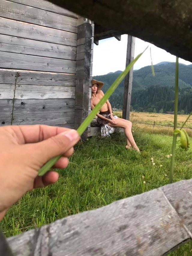 Сміливі пози та розкуті дівчата: фотограф влаштував в Карпатах фотосесію у стилі НЮ (18+) - фото 346501