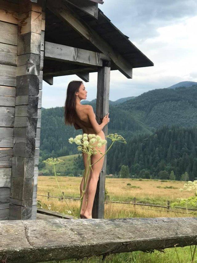 Сміливі пози та розкуті дівчата: фотограф влаштував в Карпатах фотосесію у стилі НЮ (18+) - фото 346503