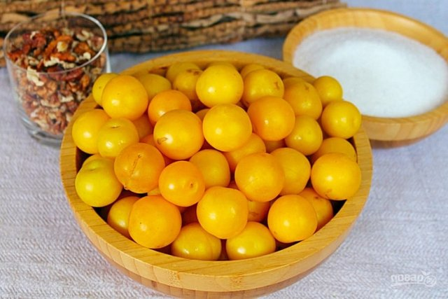 Жовта алича зі шматочками волоського горіха - фото 346594