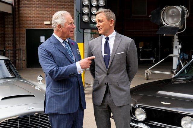 Принц Чарльз та Деніел Крейг активно обговорювали авто Бонда - фото 347158