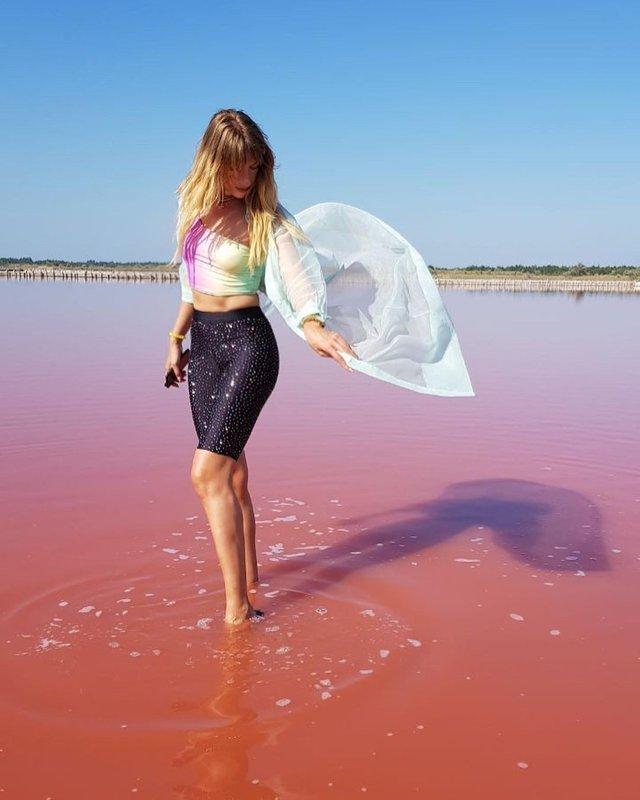 Леся Нікітюк показала ефектні знімки з унікального рожевого озера в Україні - фото 347363