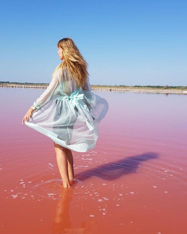 Леся Нікітюк показала ефектні знімки з унікального рожевого озера в Україні - фото 347365