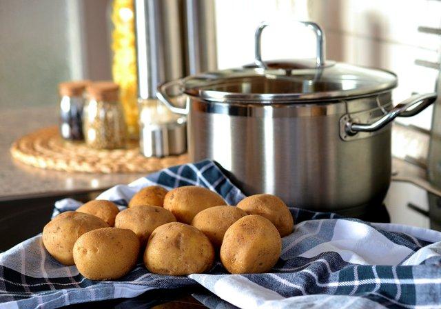 Запечена картопля у духовці: 2 прості рецепти з соєвим соусом і сиром - фото 347499