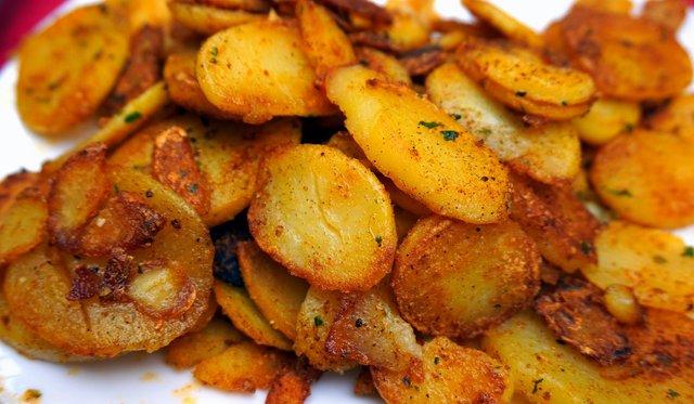 Запечена картопля у духовці: 2 прості рецепти з соєвим соусом і сиром - фото 347500