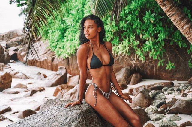 Ангел Victoria's Secret показала ідеальну фігуру на пляжі - фото 347645