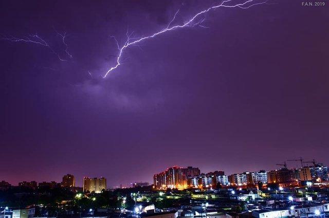 Гроза в Києві: в мережі з'явилися видовищні знімки негоди - фото 347657
