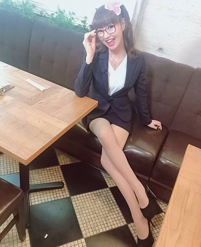 Мережу підкорила сексуальна 50-річна косплеєрка школярок - фото 347713