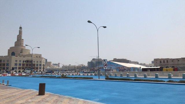 У столиці Катару дорогу пофарбували в синій колір: фотофакт - фото 348460