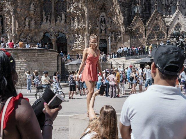 Щорічно кількість туристів у Барселоні невпинно росте - фото 349112