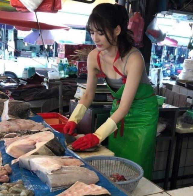 Дівчина, яка торгує рибою, привернула увагу в мережі - фото 349137