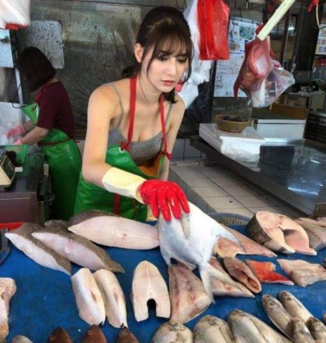 Дівчина, яка торгує рибою, привернула увагу в мережі - фото 349138