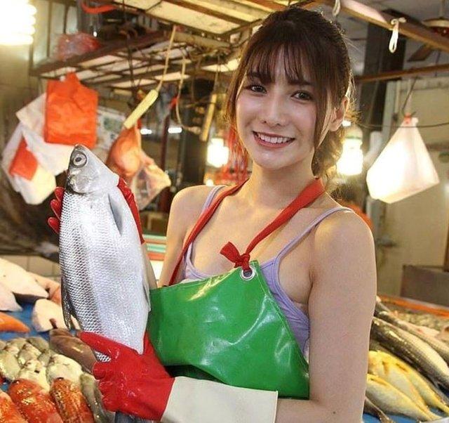 Дівчина, яка торгує рибою, привернула увагу в мережі - фото 349139