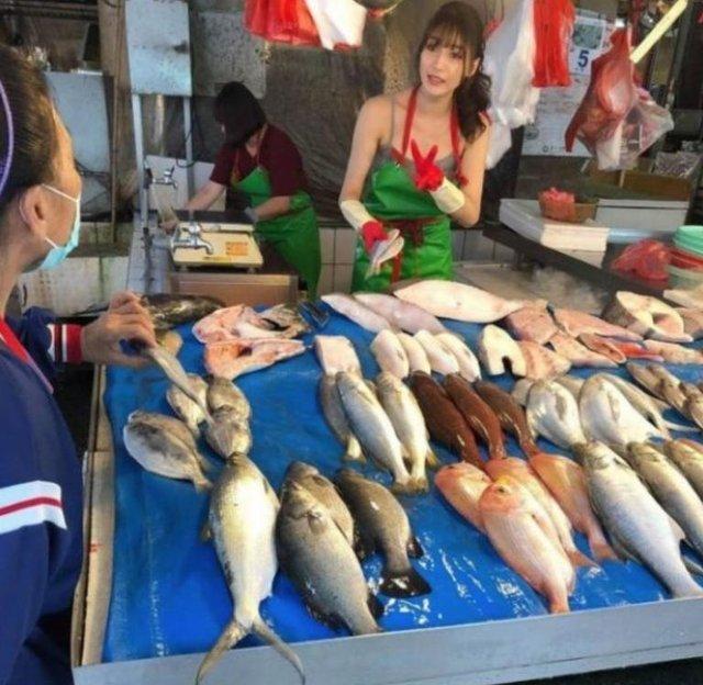 Дівчина, яка торгує рибою, привернула увагу в мережі - фото 349140