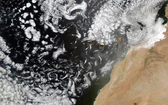 NASA показало фото рідкісних спіральних хмар в нічному небі - фото 349226