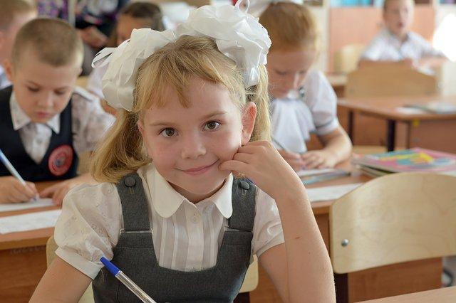 Скільки коштує зібрати дитину до школи: ціни на одяг, рюкзак і приладдя - фото 349414