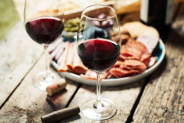Калорії з алкоголю можуть стати причиною набору зайвої ваги - фото 349618