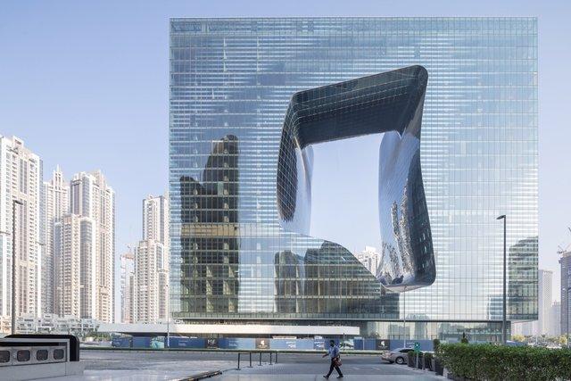 У Дубаї відкриють незвичайний хмарочос з діркою - фото 349834
