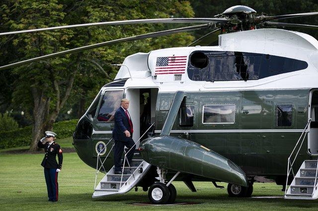 Трамп приземлився на газон Єлизавети ІІ - фото 350085