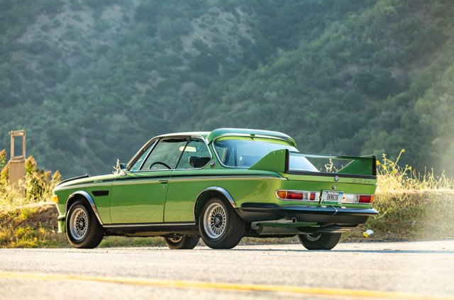 Один з 57 'бетмобілів' BMW пустять з молотка - фото 350635