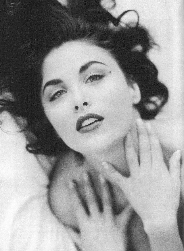 Солодкі 90-ті: найкрасивіші жінки тих часів - фото 351397