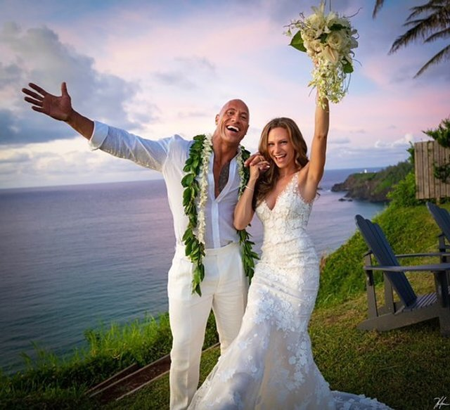 Двейн Джонсон показав яскраві фото з весілля на Гаваях - фото 351742