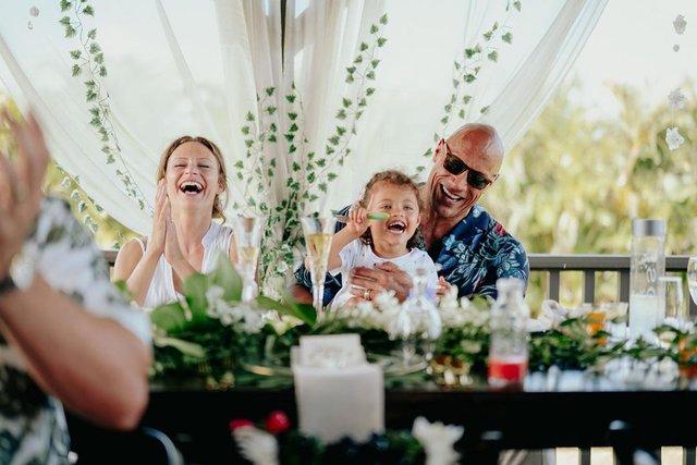 Двейн Джонсон показав яскраві фото з весілля на Гаваях - фото 351743