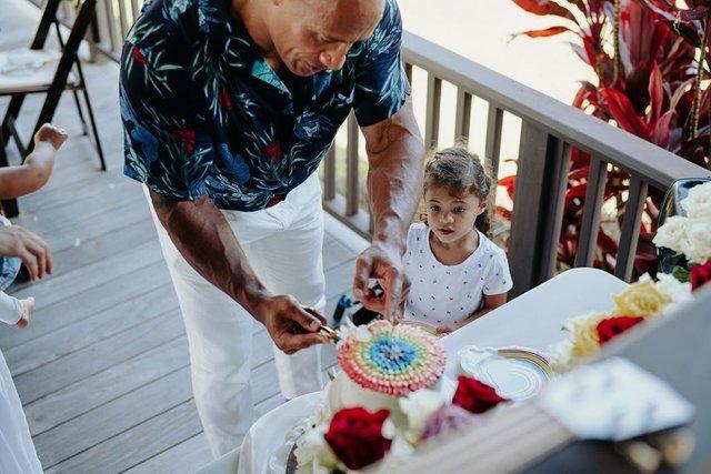 Двейн Джонсон показав яскраві фото з весілля на Гаваях - фото 351746