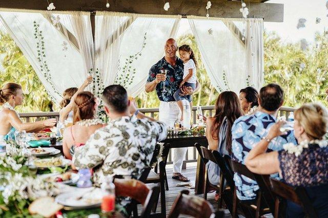 Двейн Джонсон показав яскраві фото з весілля на Гаваях - фото 351749