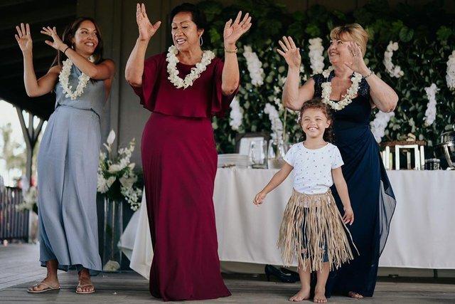 Двейн Джонсон показав яскраві фото з весілля на Гаваях - фото 351751