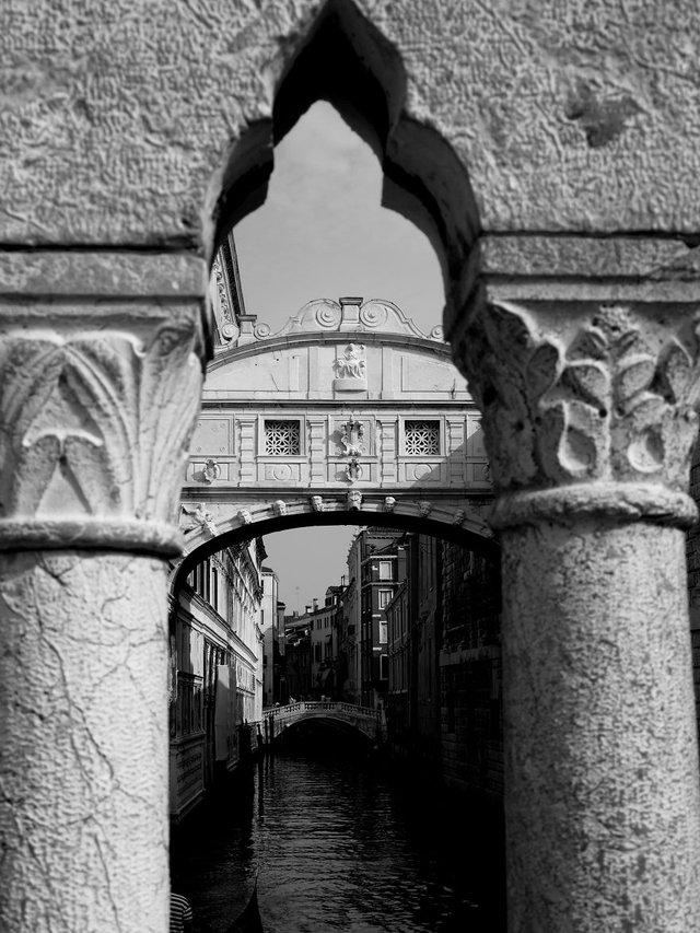 Прогулянка Венецією у чорно-білих фото, від яких перехоплює подих - фото 352462