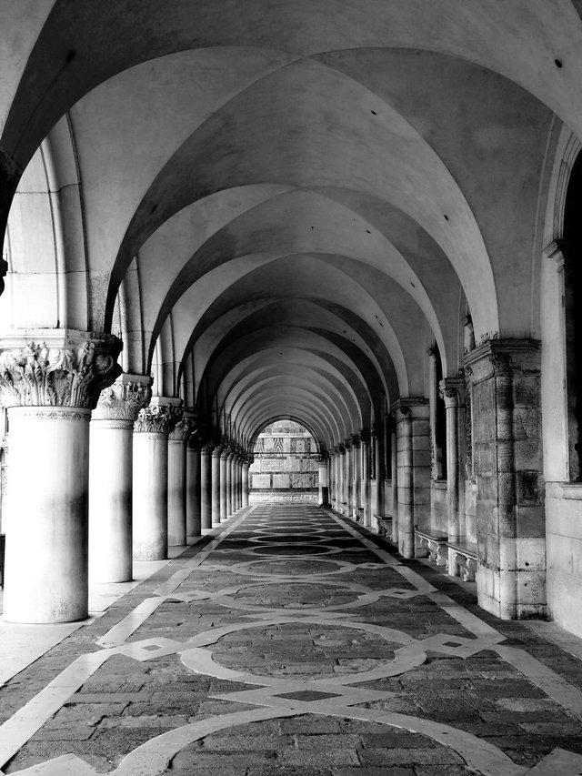 Прогулянка Венецією у чорно-білих фото, від яких перехоплює подих - фото 352464