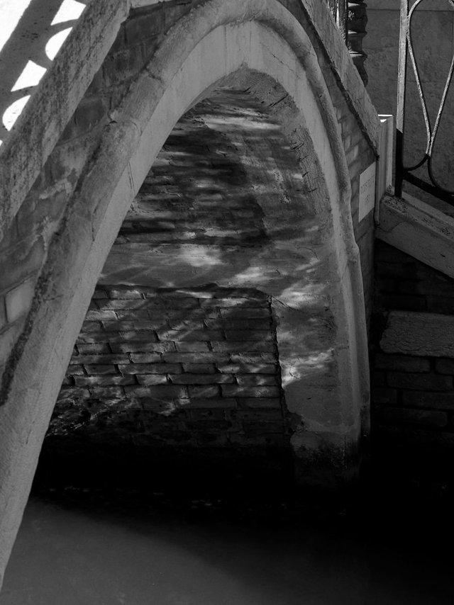 Прогулянка Венецією у чорно-білих фото, від яких перехоплює подих - фото 352472