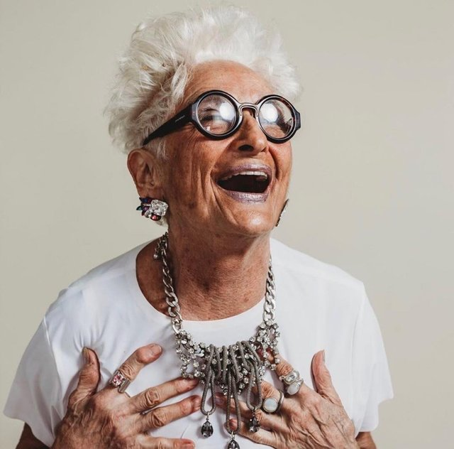 Ефектна 83-річна американка похизувалася молодими коханцями, з якими знайомиться у Tinder - фото 352712