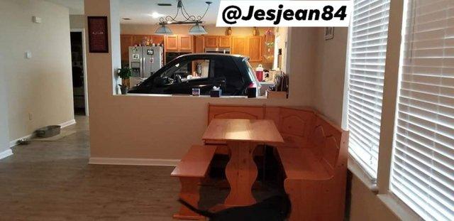 Американець сховав машину від урагану Доріан на кухні: фотофакт - фото 352760