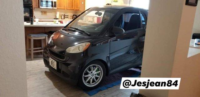 Американець сховав машину від урагану Доріан на кухні: фотофакт - фото 352761