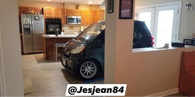 Американець сховав машину від урагану Доріан на кухні: фотофакт - фото 352762