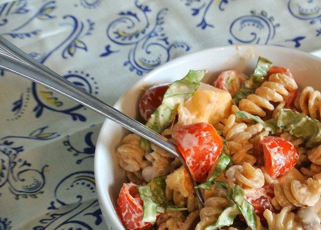 Салат з помідорами і макаронами   - фото 352791