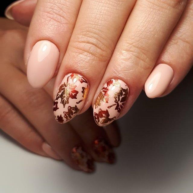 Манікюр на осінь 2019: модні тренди дизайну нігтів у фото - фото 352859