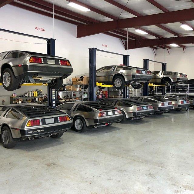Рай для фанатів Назад у майбутнє: десятки культових авто DeLorian заховали в одному ангарі - фото 352930
