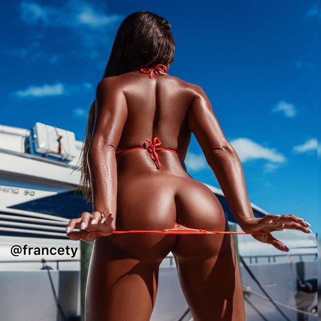 Дівчина тижня: розкута модель Playboy Франсія Джеймс, яка збуджує апетитними формами (18+) - фото 353011