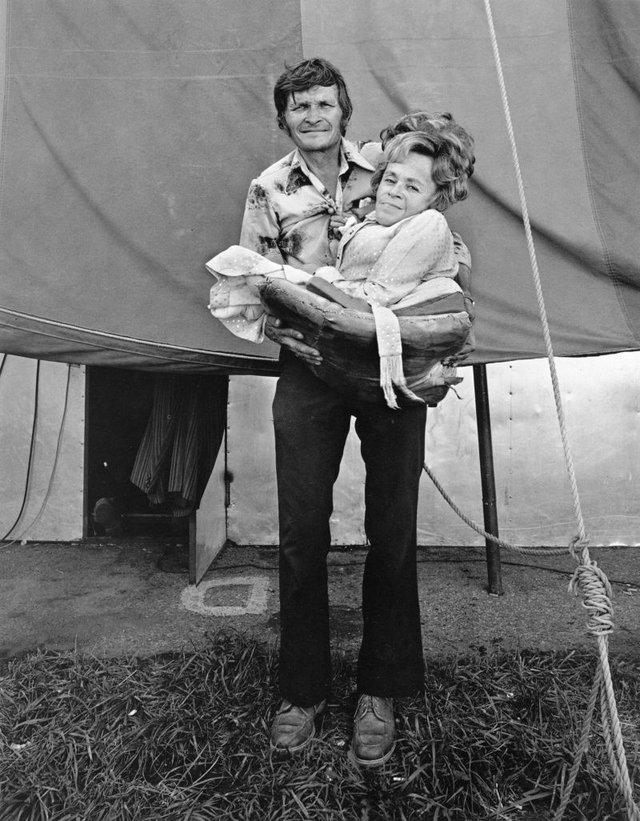 Заради цих знімків фотограф подорожував з бродячим цирком - фото 353229