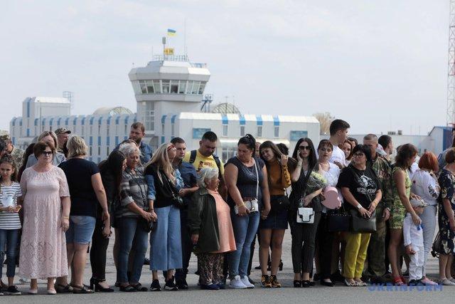 В Борисполі на полонених очікували родичі  - фото 353305