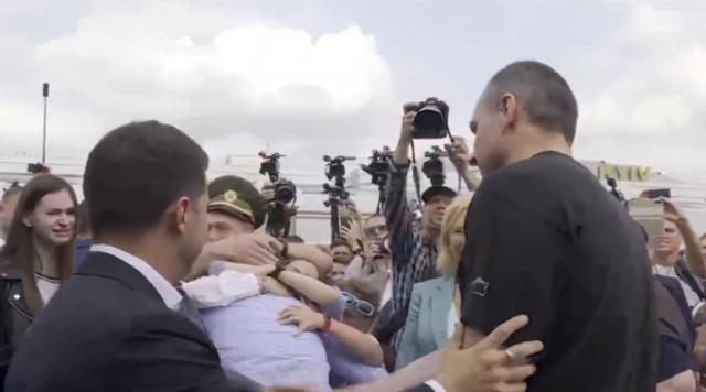 Сенцов та полонені українські моряки повернулися в Україну: перші фото - фото 353315