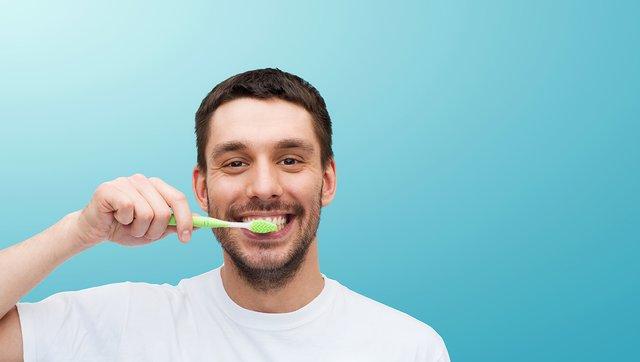 Науковці рекомендують не лінуватися чистити зуби двічі на день - фото 353664