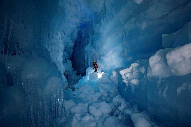 Українські полярники знайшли загублену печеру в Антарктиді: вражаючі фото - фото 354191