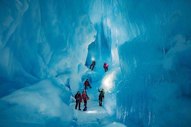 Українські полярники знайшли загублену печеру в Антарктиді: вражаючі фото - фото 354192