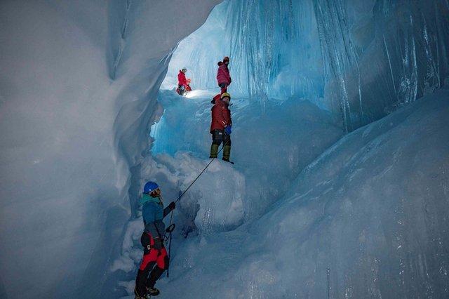 Українські полярники знайшли загублену печеру в Антарктиді: вражаючі фото - фото 354193