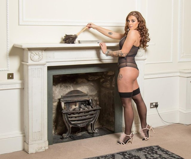 Шотландка покинула роботу, аби у спідньому прибирати чужі оселі: гарячі фото 18+ - фото 354770