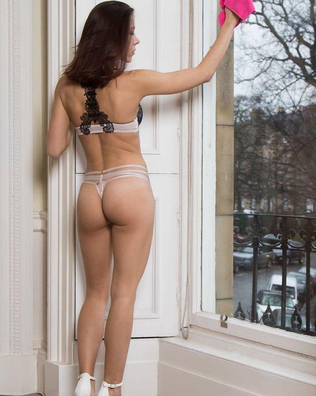 Шотландка покинула роботу, аби у спідньому прибирати чужі оселі: гарячі фото 18+ - фото 354775